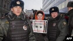 Полицию задержала участнику акции протеста закона, запрещающего американцам усыновлять российских детей