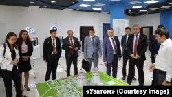 Представитель агентства «Узатом» демонстрирует казахстанской делегации из министерства энергетики макет российской АЭС. Ташкент, 9 августа 2019 года.