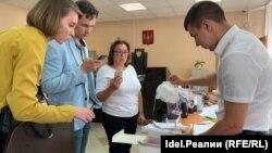 Сотрудник прокуратуры скрывает коробку с уликами — наркотиками