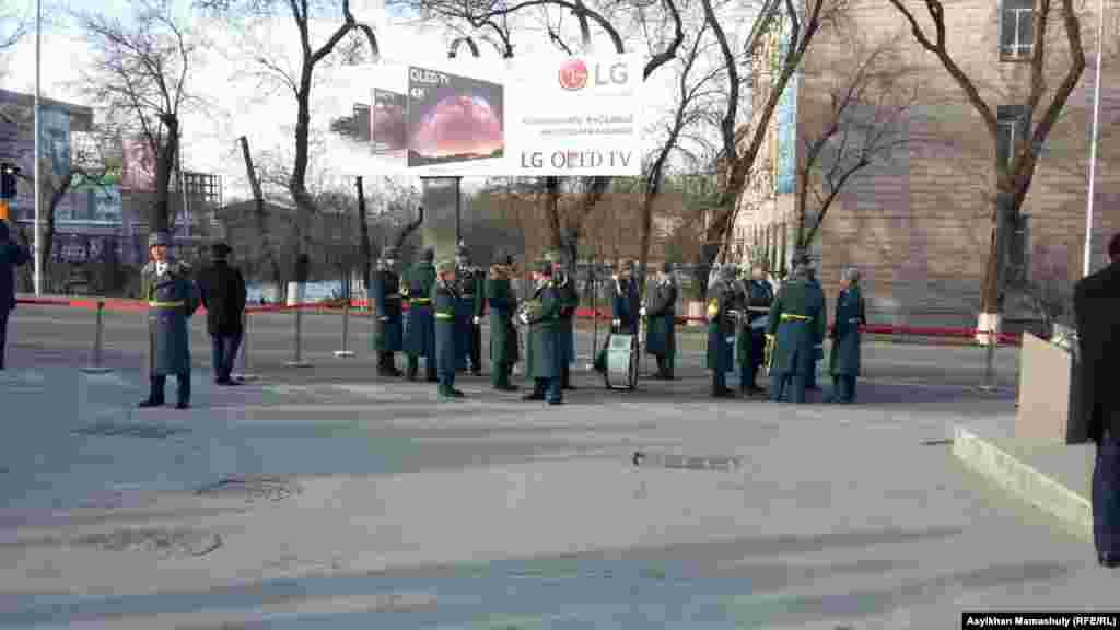 Военный оркестр на церемонии возложения цветов к памятнику «Рассвет свободы».