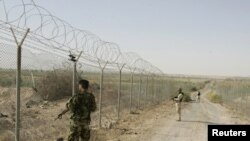 سربازان عراقی در حال محافظت از مرز عراق با سوریه.