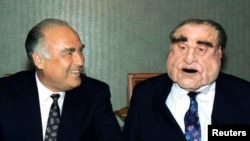 """Виктор Черномырдин и его персонаж из телепередачи """"Куклы"""", 9 сентября 1995 года"""