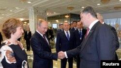 Рукостискання Путіна і Порошенка в Мінську, 26 серпня 2014 року