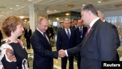 ÝB-niň daşary syýasat boýunça ýolbaşçysy K.Aşton, Orsýetiň prezidenti W.Putin we Ukrainanyň prezidenti P.Poroşenko (çepden saga), Minsk, 26-njy awgust, 2014.