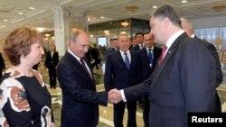 Перед началом переговоров Петр Порошенко и Владимир Путин обменялись рукопожатием