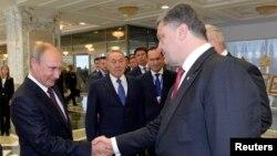 Президент Украины Петр Порошенко (справа) и президент России Владимир Путин. Минск, 26 августа 2014 года.