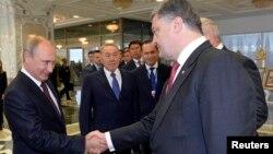 Президент Украины Петр Порошенко (справа) и президент России Владимир Путин (слева) во время встречи в Минске. 26 августа 2014 года.