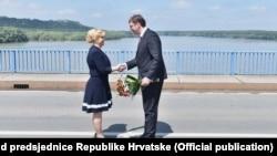 Predsjednica Hrvatske Kolinda Grabar-Kitarović i premijer Srbije Aleksandar Vučić sreli su se na graničnom mostu između Erduta i Bogojeva.