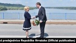 Susret Kolinde Grabar Kitarović i Aleksandra Vučića na mostu na Dunavu, jun 2016.