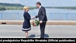 Susret predsjednice Hrvatske Kolinde Grabar Kitarović i premijera Srbije Aleksandra Vučića na mostu na Dunavu, 20. lipnja, 2016.