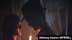 """Романтическая сцена. Кадр из фильма """"Чума в ауле Каратас""""."""