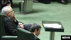 محمدرضا رحیمی در کنار محمود احمدینژاد در مجلس