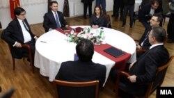 Средбата на премиерот и претседател на ВМРО-ДПМНЕ Никола Груевски и лидерот на СДСМ Бранко Црвенковски на која се обидат да изнајдат решенија за политичката криза 22 јануари 2013.