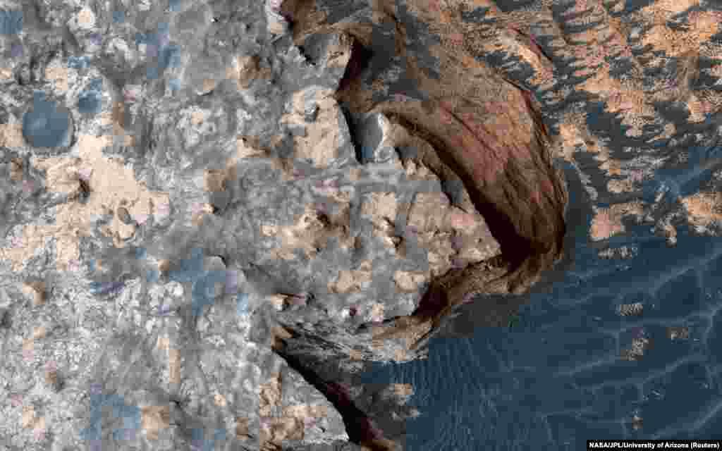 یک لبه صخرهای ناهموار در سطح مریخ که توسط دوربین آزمایشی تصویربرداری با وضوح بالا (HiRISE) برداشته شده است. این دوربین در مدارگرد شناسایی مریخ نصب شده است.