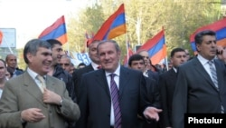 Armenia -- Former President Levon Ter-Petrosian (C) leads an opposition demonstration in Yerevan, 28Apr2011.