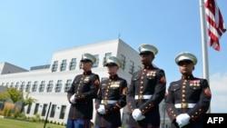 Američki marinci pred američkom ambasadom u Sarajevu