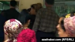 Очередь у продуктового магазина в Ашхабаде