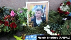 На месте убийства российского оппозиционного политика Бориса Немцова, где установлен народный мемориал. Москва, 30 декабря 2015 года.