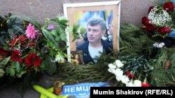 Народный мемориал на месте убийства Немцова