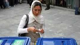 Iran -- An Iranian woman casts her ballot in the Islamic republic's presidential race at a polling station, Tehran, 12Jun2009