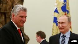 Міґель Діас-Канель (л) з президентом Росії Володимиром Путіним