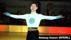 Казахстанский фигурист Денис Тен открывает ледовое шоу с участием мировых звезд фигурного катания. Алматы, 30 мая 2014 года.