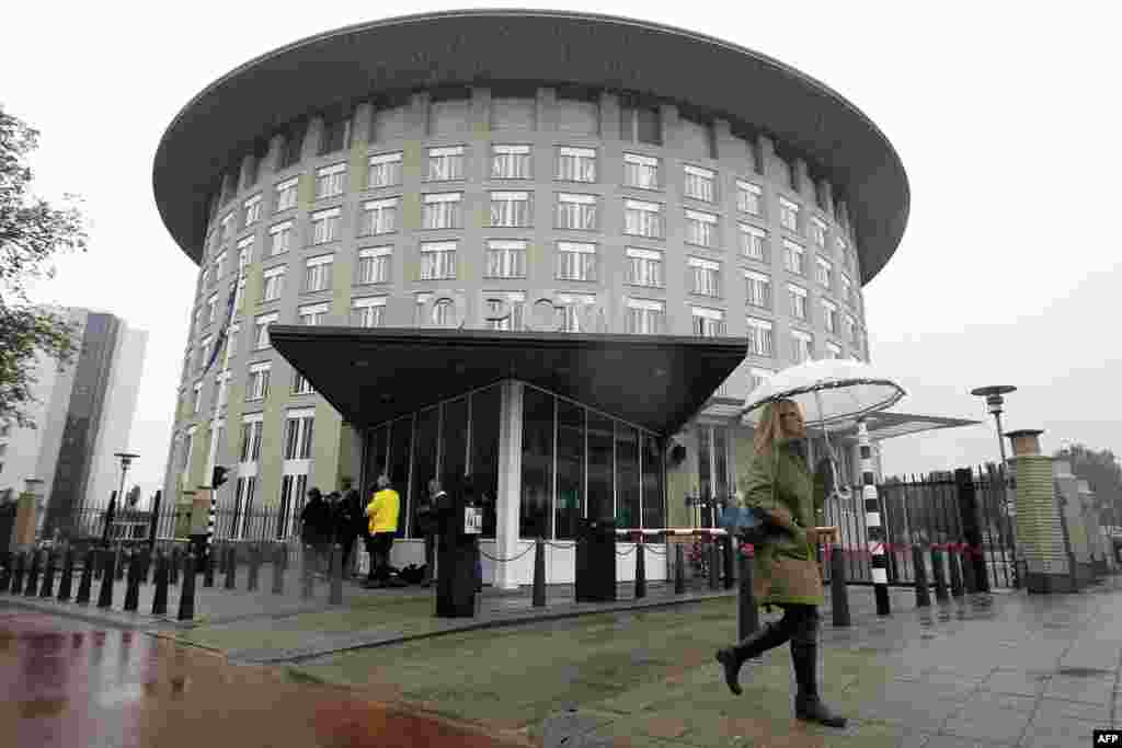 В начале этой недели созданная в рамках резолюции ООН группа экспертов приступила к уничтожению химического арсенала Сирии. А в конце недели Нобелевскую премию мира присудили Организации по запрещению химического оружия, которая следит за выполнением обязательств странами, подписавшими Конвенцию по запрещению химоружия. На фото: Здание штаб-квартиры Организации по запрещению химического оружия в Гааге, 11 октября.