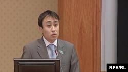 Қазақстан парламентінің депутаты (енді бұрынғы) Ерқанат Тайжанов мәжіліс депутаттары алдында. Астана, 3 желтоқсан, 2008 жыл