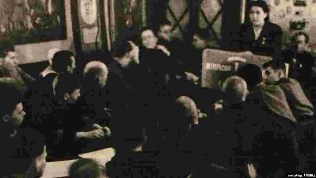 Кулуйпа Кондучалова – выступает в Ленинграде от имени киргизской делегации. 1943 год. Фото Государственного исторического музея.
