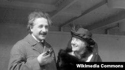 Albert Einstein ikinci arvadı Elsa Löwenthal ilə birgə.