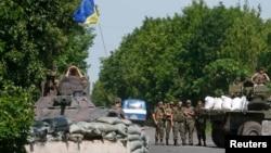 Донецк облысы аумағында жүрген украин әскері. 5 маусым 2014 жыл.