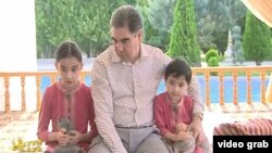 Президент Туркменистана Гурбангулы Бердымухамедов во время своего отпуска со своими внучками