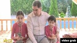 Президент Туркменистана Гурбангулы Бердымухамедов со своими внучками играет с котятами.