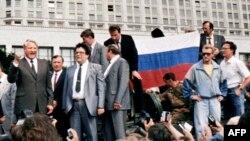 Против ГКЧП выступил президент РСФСР Борис Ельцин, который издал указ о том, что все исполнительные органы власти должны подчиняться ему. На снимке Ельцин 19 августа 1991 года у здания Верховного Совета РСФСР (Белого Дома) на танке призывает к всеобщей акции протеста против путча.