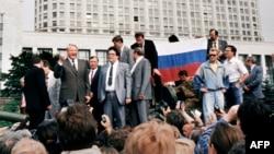 Борис Ельцин фетнә оештыручыларга каршы чыгыш ясый (архив фотосы)