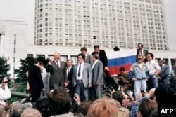 """Boris Ieltsîn pe un transportor blindat în fața """"Casei Albe"""" la Moscova, la 19 august 1991"""