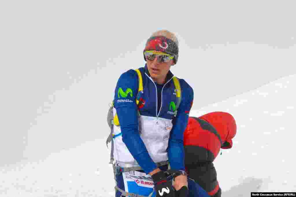 На скоростном восхождении зафиксированы два рекорда. Эквадорец Карл Эглофф поднялся на вершину с поляны Азау за 3 часа 24 минуты. И его новый мировой рекорд – подъем и спуск за 4 часа 20 минут 45 секунд