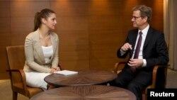 Министр иностранных дел Германии Гидо Вестервелле беседует с дочерью Юлии Тимошенко Евгенией. Киев, 21 июня 2013 года.