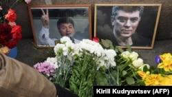 Odavanje počasti Borisu Njemcovu na mjestu gdje je ubijen ispred Kremlja
