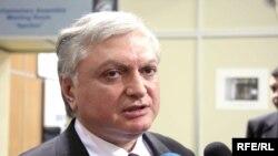 Էդվարդ Նալբանդյանը Աթենքում զրուցում է լրագրողների հետ, 2-ը դեկտեմբերի, 2009