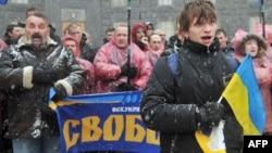 Участники акции протеста преградили вход в здание правительства и поют национальный гимн Украины