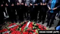 Церемония поминовения погибших перед входом в клуб Reina 4 января 2017 года