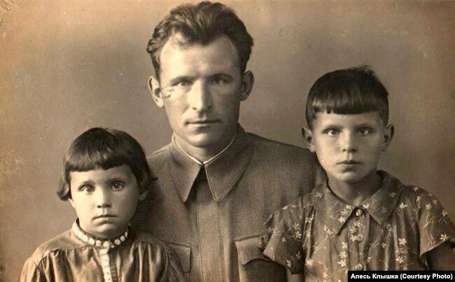 Александр Клышка с дочерьми Ирой и Валей