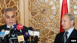 Сурия вице-президенти Фаруқ ал-Шараа (ч) ироқлик ҳамкасби Тариқ ал-Ҳашимий билан матбуот анжуманида.