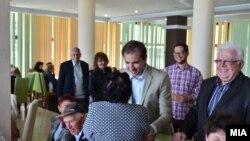 Архивска фотграфија - министерот Диме Спасов во посета на пензионерите кои се на бесплатен туристички викенд во Дојран.