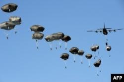 Американські війська висаджуються з парашутами в рамках військових навчань НАТО «Анаконда-2016». 7 червня 2016 року