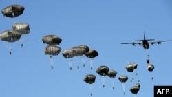 Американские войска высаживаются с парашютами в рамках военных учений НАТО «Анаконда-2016». 7 июня 2016 года