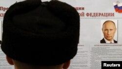 Кандидаттардың платформасын оқып тұрған сайлаушы. Санкт-Петербург, 4 наурыз 2012 жыл