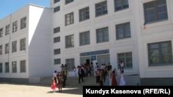 Одна из средних школ города Актобе. 23 мая 2011 года.