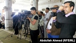 مصورو وسائل إعلام عراقية يتابعون حدثاً في تكريت